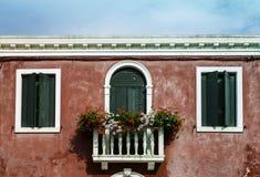 与花的威尼斯式窗口 免版税库存图片