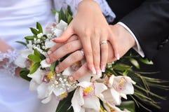 与花的婚戒 免版税库存照片
