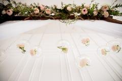 与花的婚礼曲拱 免版税图库摄影