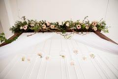 与花的婚礼曲拱 免版税库存照片