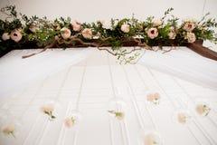 与花的婚礼曲拱 库存图片