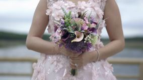 与花的婚礼礼服在日落-慢动作 影视素材