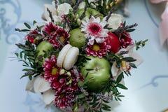 与花的婚礼篮子 免版税库存照片
