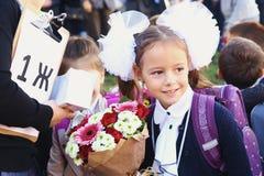 与花的孩子在第一个教学日在莫斯科 免版税库存照片
