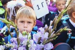 与花的孩子在第一个教学日在莫斯科 库存照片