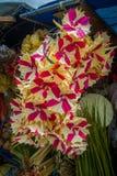 与花的安排的一个市场由纸制成,在市登巴萨在印度尼西亚 免版税库存图片