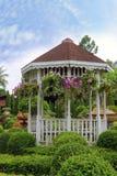 与花的室外木眺望台在一个美丽的庭院里 库存照片
