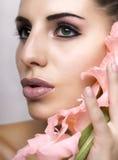 与花的少妇面孔 图库摄影