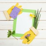 与花的差事名单的大扫除卡片,海绵,在土气和困厄的白板背景的黄色手套与r 库存照片