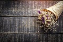与花的情人节背景在老木台式vi 免版税库存图片