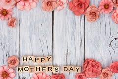 与花的愉快的母亲节木块加倍在白色木头的边界 免版税库存照片