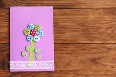 与花的愉快的母亲` s天或生日贺卡在与空的地方的木背景文本的 免版税库存图片