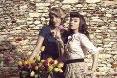与花的时装模特儿 免版税库存图片