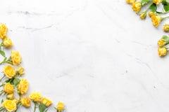 与花的春天概念在白色大理石桌背景顶视图大模型 免版税库存图片
