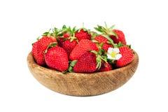 与花的有机新鲜的成熟草莓在白色背景隔绝的一个木碗 健康果子和莓果, vegaterian fo 免版税库存照片