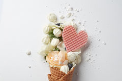 与花的构成的奶蛋烘饼锥体 图库摄影