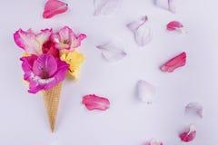 与花的构成的奶蛋烘饼锥体 免版税库存照片