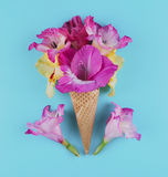 与花的构成的奶蛋烘饼锥体 库存图片
