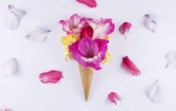 与花的构成的奶蛋烘饼锥体 库存照片