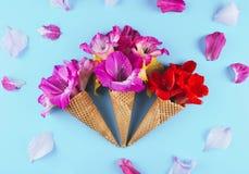与花的构成的奶蛋烘饼锥体 免版税库存图片