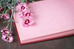 与花的桃红色葡萄酒象册页 免版税库存图片