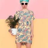 与花的模型在时髦夏天礼服 海滩样式 免版税图库摄影