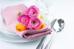与花的欢乐桌设置 免版税图库摄影