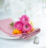 与花的欢乐桌设置 免版税库存照片