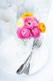 与花的欢乐桌设置 免版税库存图片