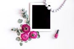 与花的现代春天设计在白背景顶视图笨人 免版税库存照片