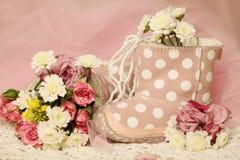 与花的甜女婴生日背景 免版税库存照片