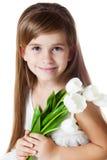 与花的白种人女孩孩子 免版税库存照片