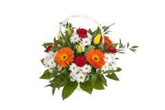 与花的白色篮子 一束五颜六色的花 免版税库存照片