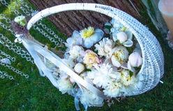 与花的白色篮子 免版税库存图片