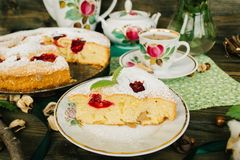 与花的白色陶器茶会和李子饼的 图库摄影