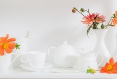 与花的白色餐具 库存照片