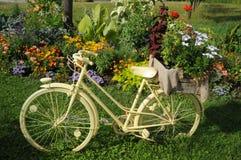 与花的白色Bycicle 免版税库存照片