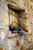 与花的石墙适当位置 免版税库存照片