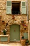 与花的石门面在Valbonne,普罗旺斯,法国中世纪村庄  免版税库存照片