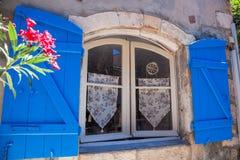 与花的窗口在老房子,普罗旺斯,法国里 免版税库存照片