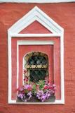 与花的窗口-假定教会在苏兹达尔 库存图片