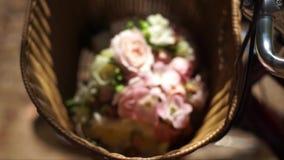 与花的篮子在阳光下