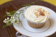 与花的红萝卜杯形蛋糕 免版税库存图片