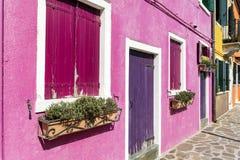 与花的美丽的桃红色窗口在Burano海岛(威尼斯,意大利) 免版税库存图片