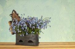 与花的老铸铁 免版税库存照片