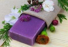 与花的肥皂 免版税库存图片