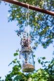与花的艺术性的装饰的玻璃Jarr 免版税库存图片