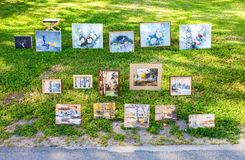 与花的艺术绘画和在双的传统俄国动机 免版税库存照片