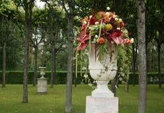 与花的花瓶在公园 免版税图库摄影