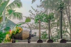 与花的葡萄酒桶在一张大理石桌上 免版税库存照片